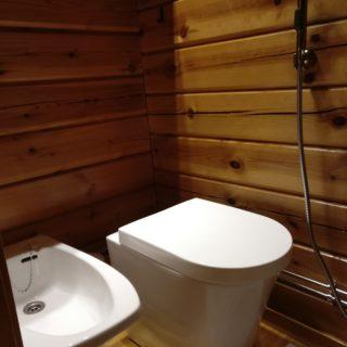 Posliini-istuimella varustettu kompostoiva kuivakäymälä on todella siisti ja sopii moderniinkin kylpyhuoneeseen.